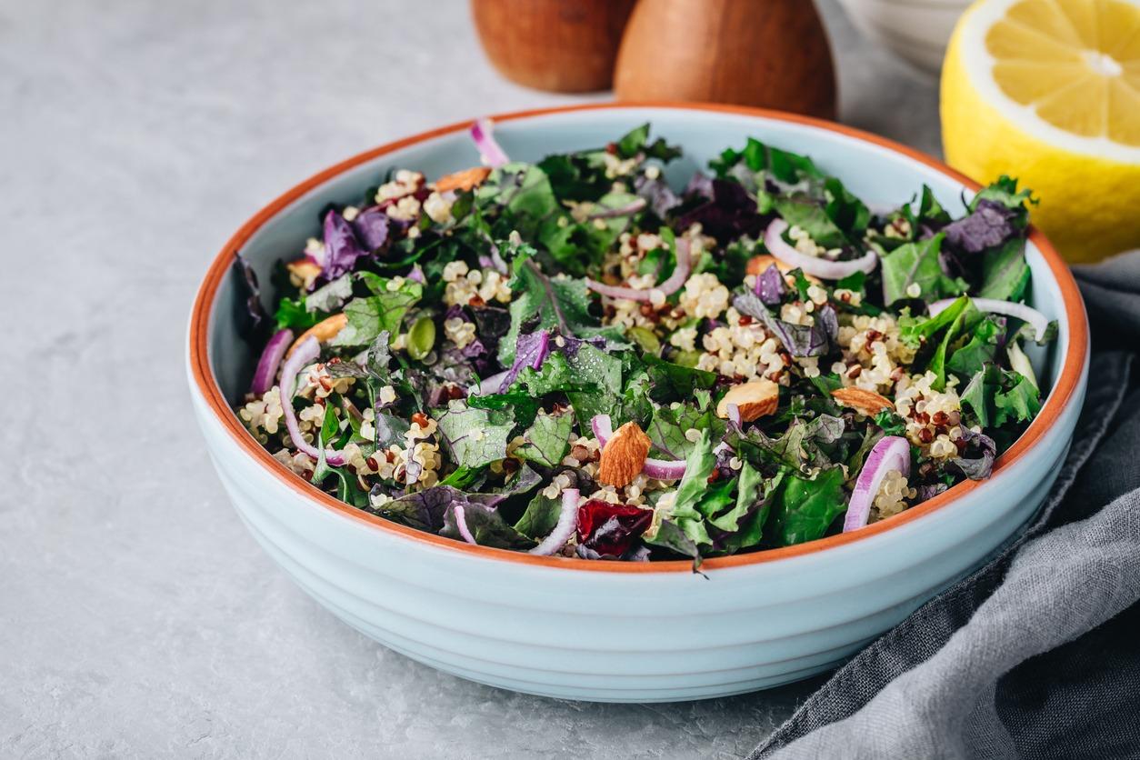 tallerken med grønn salat