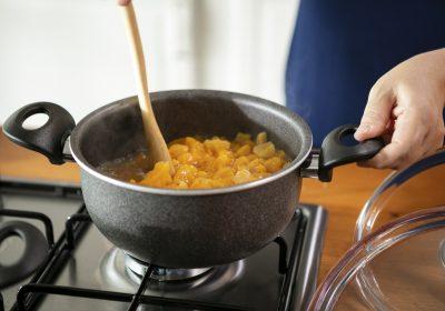 Aprikos-som-koker-i-en-kjele