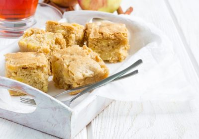 Blondies-with-white-chocolates-og-macadamia