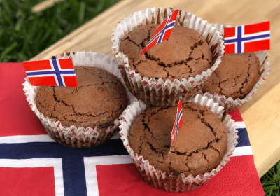 tre brownie muffins på et bord med norske flagg