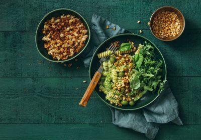 Et bord med tre gryter. En har brødsmuler, en har en deilig pastasalat med spinat og fusilli mens den tredje har pinjekjerner.