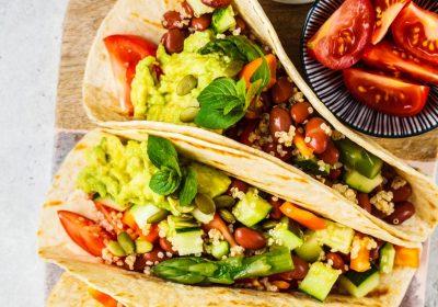 Vegansk taco fylt med quinoa og grønnsaker